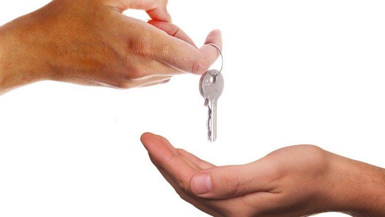 mais se transmettant une clé d'habitation.