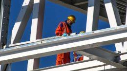 homme travaillant sue chantier de bâtiment